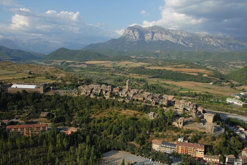 Villa medieval de Ainsa en el Pirineo aragonés